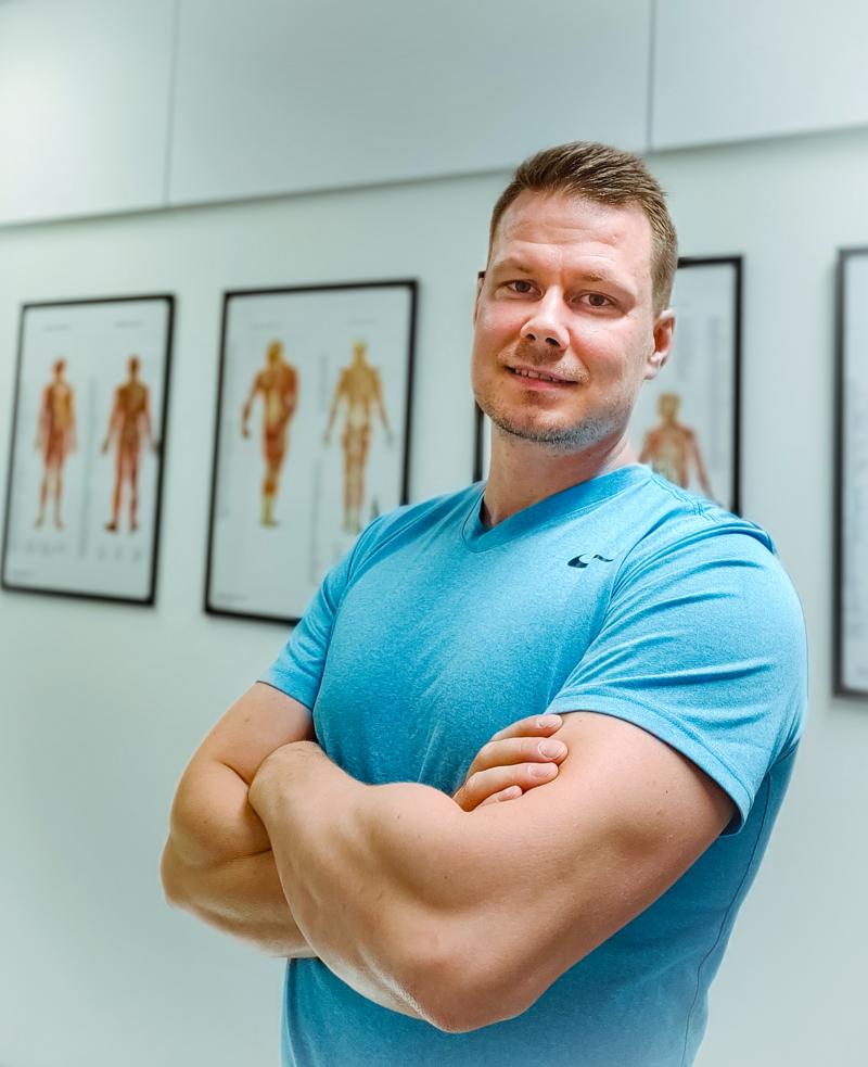 Antti Heikkinen, fysioterapeutti, urheiluhieroja, sininen paita, anatomy pictures